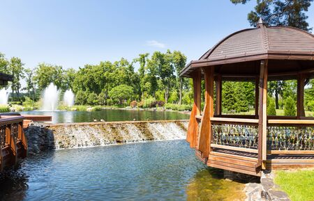 summerhouse: Beautiful lake in spring park with wooden summer-house