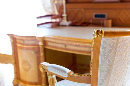 silla de madera: Cierre de la silla de lujo cerca de la mesa Foto de archivo