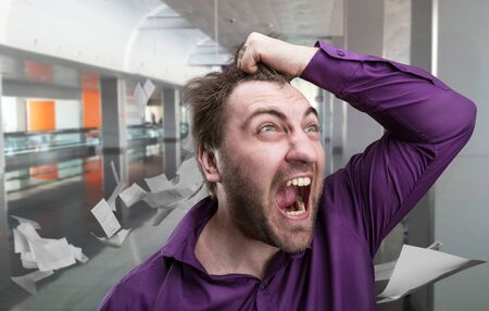 gente loca: Hombre de negocios enojado gritando en el pasillo de la oficina