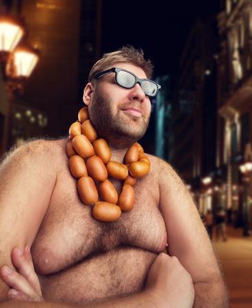 人々: 夕方の都市に彼の首にソーセージとメガネでクールな男が座っています。