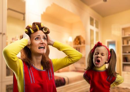 Verärgertes kleines Mädchen grölend ihre Mutter zu Hause Standard-Bild - 44113710