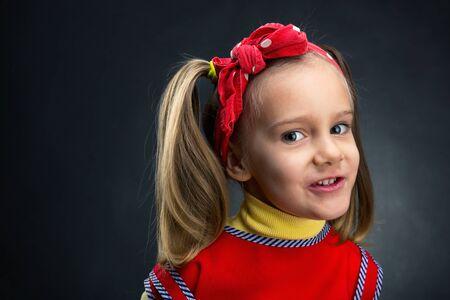 mignonne petite fille: POrtrait of cute little girl over grey background Banque d'images
