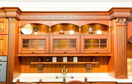 muebles de madera: Interior de la cocina moderna con elegantes muebles de madera Foto de archivo