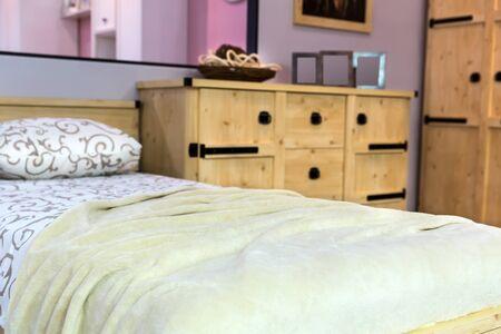 muebles de madera: entre dormitorio moderno con muebles de madera Foto de archivo