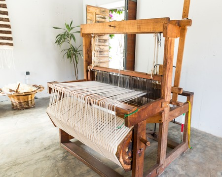 Old shuttleless loom with black and white wools 版權商用圖片