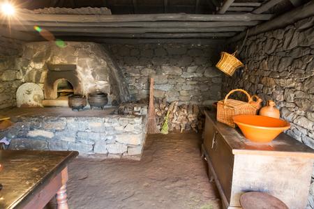 cocina vieja: Interior de la cocina antigua con horno, ollas y la madera Foto de archivo