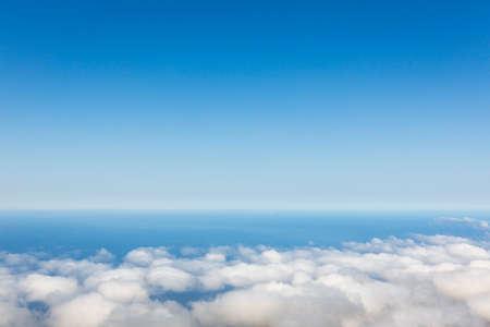 cielo de nubes: Vista aérea de cielo despejado por encima de las nubes contra el océano Foto de archivo