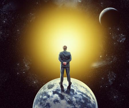 gravedad: Empresario de pie de nuevo en el planeta en el espacio