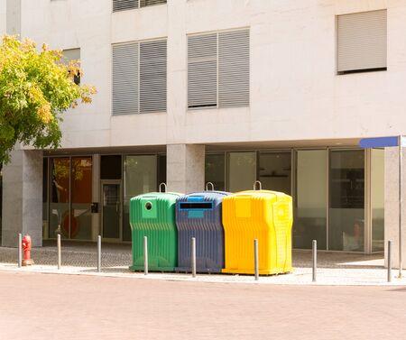 botes de basura: Árbol de color cubos de basura de plástico en la calle Foto de archivo