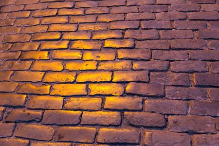 empedrado: carretera pavimentada con luz en la textura de la tarde Foto de archivo