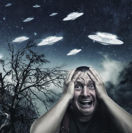 asustado: Asustado por el hombre UFO gritando por la noche en el bosque