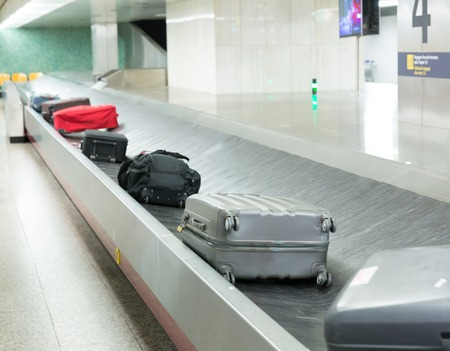 Bagage op de band in de luchthaven close-up Stockfoto