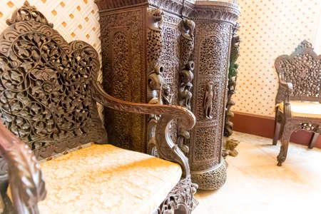 tallado en madera: sillones de madera y mueble de lujo con el modelo tallado