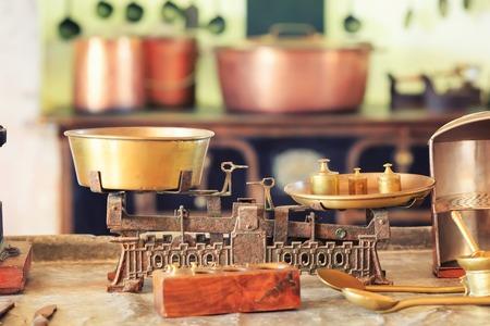 cocina antigua: Balanza de cocina de edad se encuentra en la tabla