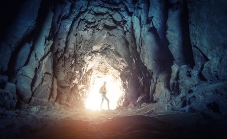 jaskinia: Kobieta z plecakiem stoi na końcu jaskini, Portugalia, Madera