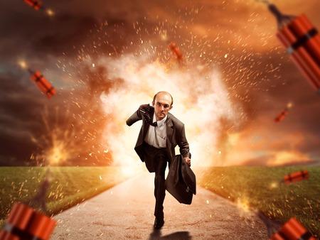 dinamita: El hombre de negocios se está ejecutando desde la dinamita explosión en la carretera