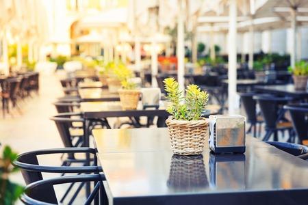 通り、ポルトガル、マデイラ島の屋外レストラン 写真素材