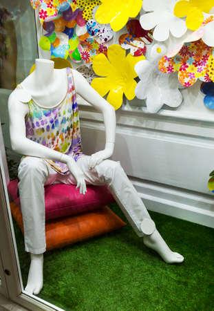 mannequin: Mannequin homme en t-shirt assis dans la boutique