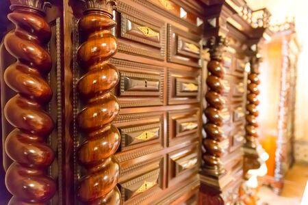 tallado en madera: mesa de lujo con grabado de madera