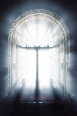 hospedaje: Los rayos de la luz del sol en el interior de la ventana de alojamiento oscura
