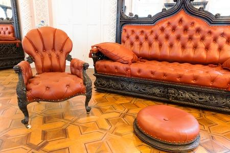 divan: Habitación con muebles de lujo con cubierta de cuero de la vendimia Foto de archivo