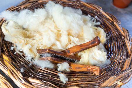 ovejas bebes: Cierre para arriba de la cesta de la lana en bruto
