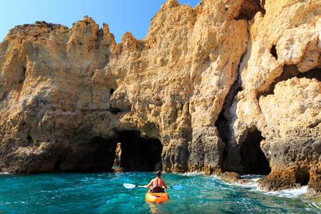 ocean kayak: kayak hombre en el t�nel rocosa en el mar, Portugal
