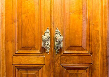 cerrar la puerta: Cierre de la puerta de madera de la vendimia con dos asas Foto de archivo
