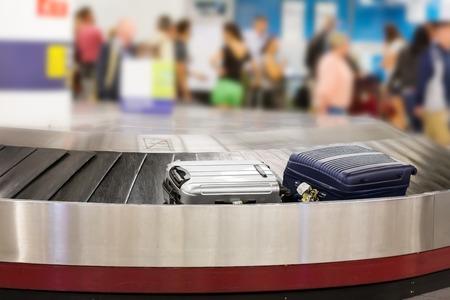 Deux valises sur le tapis roulant à bagages dans le hall de l'aéroport Banque d'images - 46728798