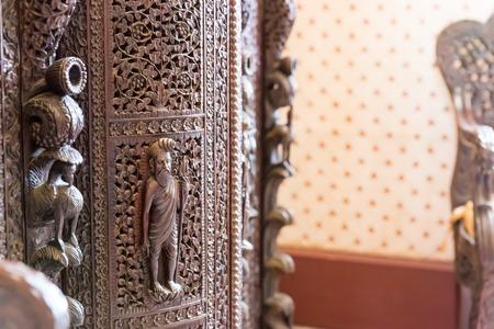 tallado en madera: mesa de lujo con el grabado de madera en el caso de cerca Foto de archivo