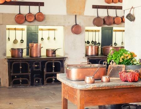 chef cocinando: Interior de la cocina con utensilios de cocina de la vendimia Foto de archivo