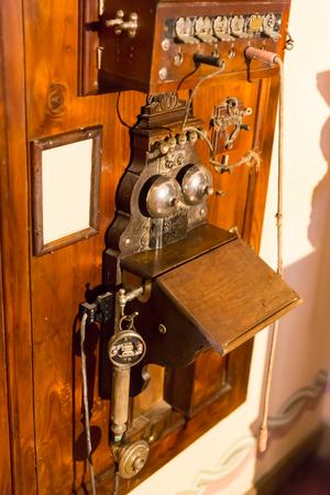 telefono antico: Legno telefono antico in primo piano muro Archivio Fotografico