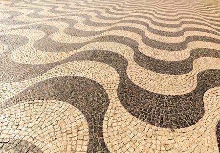 empedrado: Camino pavimentado con el patr�n de fondo blanco y negro