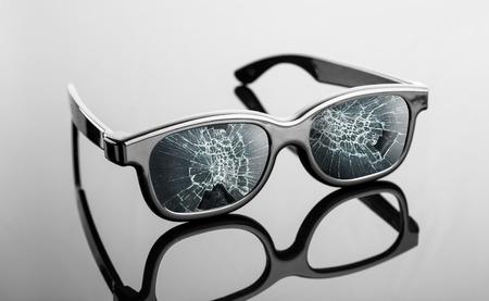 gafas de sol: gafas de sol rotas negras en la tabla