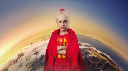 niño modelo: Niña en traje de mascarada de pie sobre el fondo de la Tierra Foto de archivo