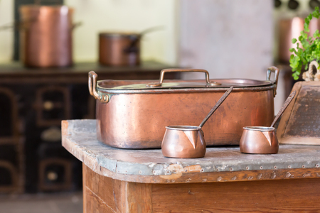 cobre: Dos Ibriks pie en la tabla close up