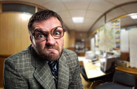 loco: Hombre de negocios enojado en vidrios le mira