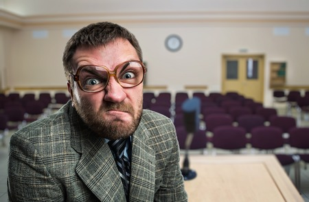 jefe enojado: Furioso altavoz en vidrios en sala