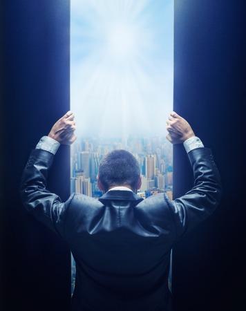 Biznesmen otwierając bramę do miasta