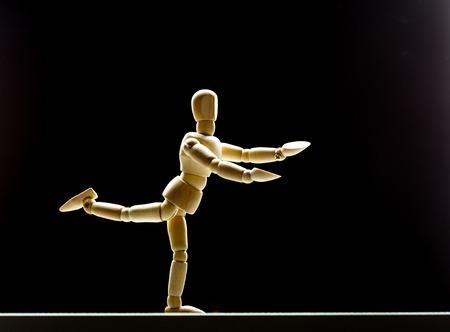 marioneta de madera: maniquí de madera humana está bailando en negro