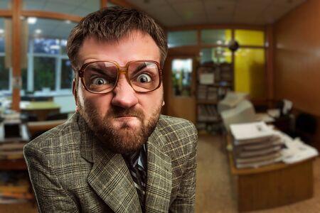 loco: Hombre de negocios enojado en la oficina Foto de archivo