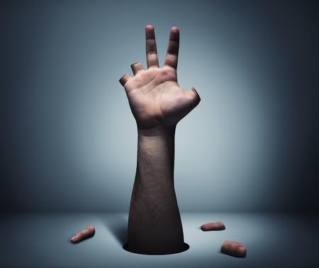 La mano del hombre con los dedos cortados en la tabla Foto de archivo