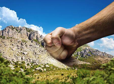 pelea: Fuerte masculino puño golpea la montaña Foto de archivo