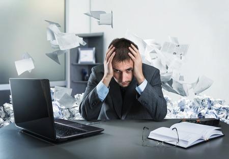 cansancio: Hombre de negocios frustrado con la cabeza se sienta en la oficina