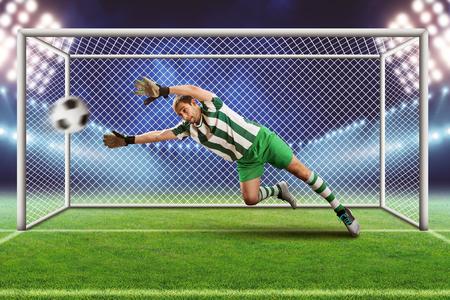 arquero: Portero agarrar la pelota en el campo de fútbol