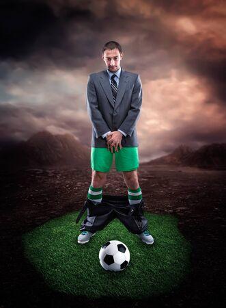 genitali: Uomo d'affari in abbigliamento sportivo proteggere i genitali guarda il calcio
