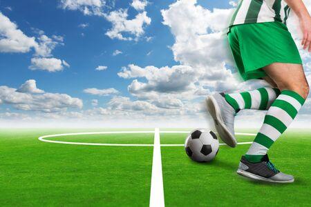 campeonato de futbol: Fútbol-jugador que patea el balón en el exterior del campo de fútbol