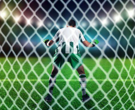 arquero de futbol: Volver la vista de que el portero está cogiendo el balón en el campo de fútbol