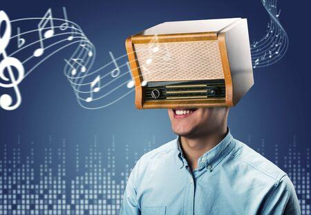 personas escuchando: Hombre feliz con retro radio en la cabeza sobre azul Foto de archivo