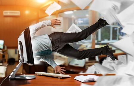 gente loca: El hombre se está tirando en el ordenador en el trabajo Foto de archivo
